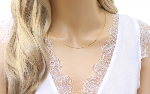 "1mm/0.039'' Gold Chain ""Singapore"" - IZ2747 - on a mannequin"