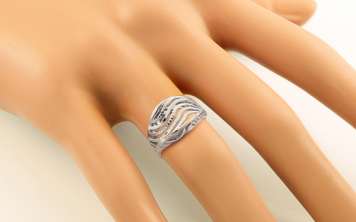 Gold ring with wavy pattern - IZ11399A - on a mannequin