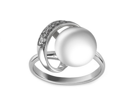 Silver ring with pearl decorated with cubic zirconia