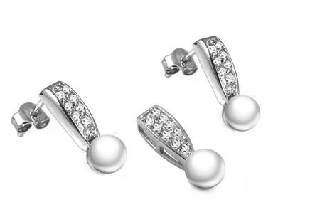Pearl set with zircons