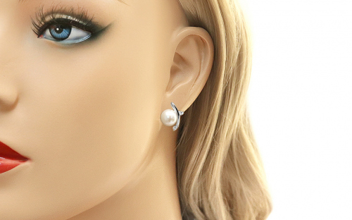 Rhodium plated 925Sterling Silver earrings with white pearl - IS880P - on a mannequin